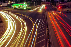 As estradas de cidade e o carro movente com borrão iluminam-se completamente fotos de stock royalty free