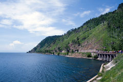 As estradas de ferro aproximam o lago Baikal Fotos de Stock