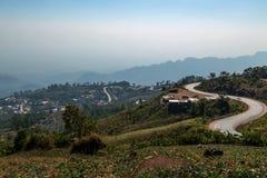 As estradas enrolam através de uma aldeia da montanha Fotografia de Stock Royalty Free