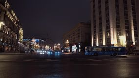 As estradas transversaas da arquitetura agradável da cidade da noite, carros conduzem de ambos os lados, nenhuns táxis filme