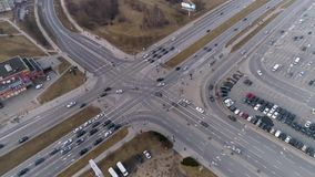 As estradas transversaas na cidade, carros conduzem dianteiro rápido filme