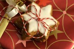 As estrelas empilhadas da canela embalaram com as fitas vermelhas e brancas Imagem de Stock