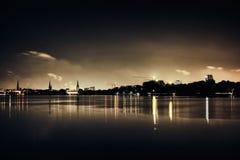 As estrelas enegrecem o lago Alster no panorama romântico da nuvem de noite do céu do panorama da navigação do Natal da cidade da imagens de stock