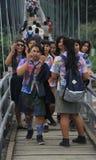 As estudantes estão andando na ponte em pequeno Foto de Stock Royalty Free