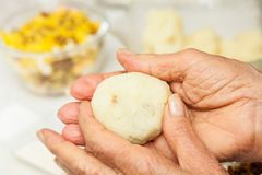 As etapas da preparação do prato colombiano tradicional chamaram batatas enchidas foto de stock royalty free