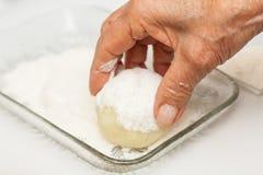 As etapas da preparação do prato colombiano tradicional chamaram batatas enchidas imagens de stock