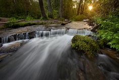 As etapas da rocha da pedra calcária criam uma cachoeira Imagens de Stock Royalty Free