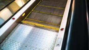 As etapas do metal da escada rolante estão movendo sobre a elevação vídeos de arquivo