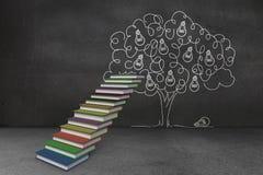 As etapas feitas dos livros na frente da árvore da ampola rabiscam Foto de Stock
