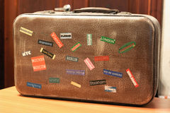 Etiquetas do Tag do país em uma mala de viagem do curso Fotografia de Stock Royalty Free
