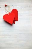 As etiquetas e o coração dão forma na madeira branca do fundo Fotos de Stock Royalty Free