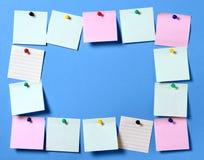 As etiquetas em um botão com cantos curvados, aprontam-se para sua mensagem A foto Em um fundo azul imagens de stock