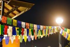 as etiquetas Multi-coloridas de pano de uma festão são penduradas para fora em cabos fotografia de stock