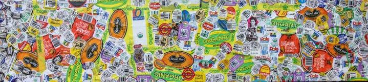 As etiquetas orgânicas do produto arranjaram como uma colagem, panorâmico fotos de stock royalty free
