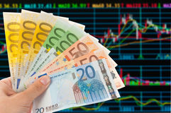 As euro- notas com sotck trocam a análise Fotografia de Stock Royalty Free