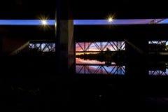 As explosões da luz e as reflexões do rio aproximam o pôr do sol Imagem de Stock