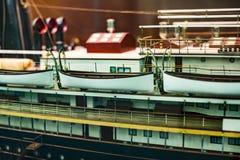 As exposições no museu naval situado no ` s da cidade movem no navio velho de confianças da construção e no corpo naval do porto  Fotos de Stock