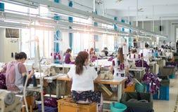As fábricas da roupa fazem trajes Fotos de Stock Royalty Free