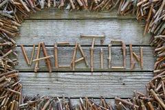 As férias da inscrição com as varas de madeira no fundo de madeira Imagens de Stock