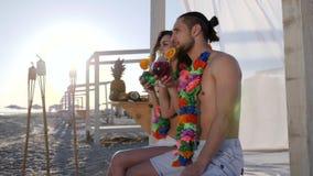 As férias de verão na ilha tropical, o indivíduo feliz e a menina na praia party umas férias exóticas, mulher com álcool masculin filme