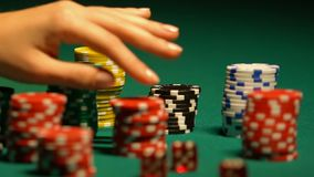 As fêmeas entregam a tomada da microplaqueta de pôquer da tabela, aposta do casino, jogando o apego filme