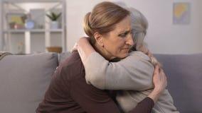 As fêmeas tristes que olham o photoalbum, recordando passaram afastado familiares e amigo video estoque