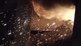 As faíscas de metal voam da fornalha filme