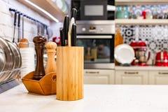 As facas de cozinha em um suporte de madeira especial com especiaria rangem Close-up conceito da cozinha Fotografia de Stock