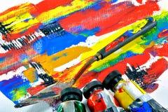 As facas e a morango da pintura puseram sobre a lona de pintura Fotos de Stock Royalty Free