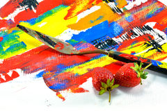 As facas e a morango da pintura puseram sobre a lona de pintura Imagem de Stock