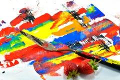 As facas e a morango da pintura puseram sobre a lona de pintura Foto de Stock