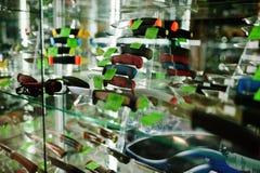 As facas pequenas diferentes em prateleiras armazenam armas no centro da loja Imagens de Stock Royalty Free