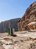 As facilidades de toalete móveis estabelecem-se para turistas na maneira ao anúncio grande Deir do monumento em PETRA, Wadi Musa, fotografia de stock