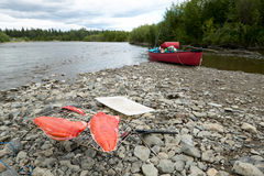 As faixas e o rio salmon frescos canoe em Alaska fotografia de stock