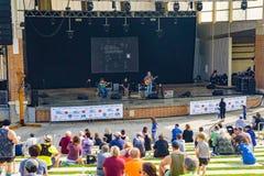 As famílias apreciam a música nos 2019 Ridge Marathon azul imagens de stock