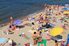 As famílias dos povos têm um resto na costa arenosa do mar Báltico foto de stock