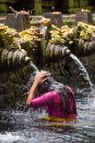 As famílias hindu do Balinese vêm às molas sagrados de Tirta Empul fotografia de stock