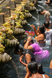 As famílias hindu do Balinese vêm às molas sagrados de Tirta Empul fotos de stock royalty free