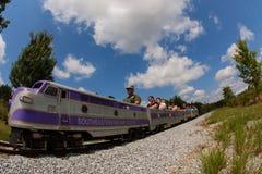 As famílias montam o trem diminuto realístico em Georgia Railroad Museum fotos de stock royalty free