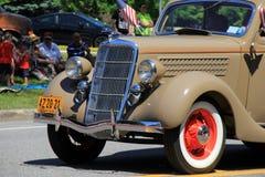 As famílias novas que estão com crianças, carros antigos de observação participam na parada do feriado, Saratoga Springs, New Yor imagem de stock royalty free