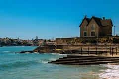 As famílias relaxam na associação oceânico Alberto Romano em Cascais, Portugal fotos de stock