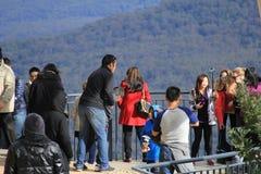 As famílias têm o divertimento na plataforma de observação da montanha fotos de stock royalty free