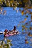 As famílias tomam o desengate da canoa no festival da queda foto de stock royalty free