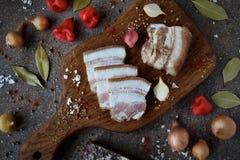 As fatias de bacon, de especiarias e de legumes frescos Imagens de Stock