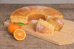 As fatias de clementina endurecem com cobertura pulverizada do açúcar Bolo na Imagem de Stock Royalty Free