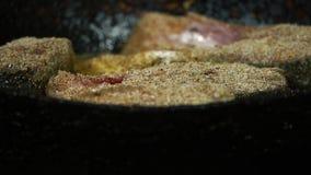 As fatias de peixes são fritadas em uma bandeja filme