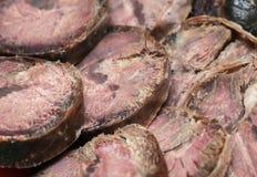 As fatias do corte de salsicha do cavalo feito da carne delicacy fotos de stock