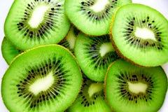 As fatias do fruto de quivi fecham-se acima da foto imagens de stock royalty free
