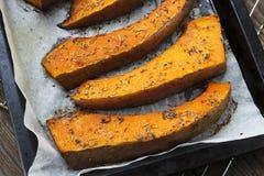 As fatias recentemente cozidas de abóbora em uma bandeja do cozimento com secado aumentaram Fotos de Stock