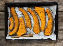 As fatias recentemente cozidas de abóbora em uma bandeja do cozimento com secado aumentaram Fotografia de Stock